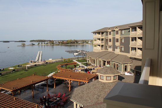 1000 Islands Harbor Hotel: View of the back patio from our room.