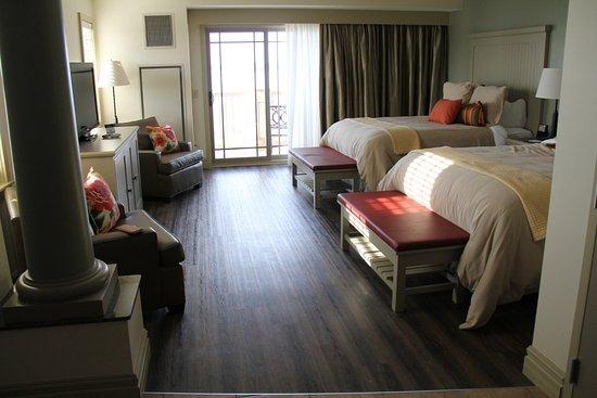 1000 Islands Harbor Hotel: Sleeping area in our corner room.