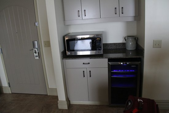 1000 Islands Harbor Hotel: Microwave and wine fridge in our room.