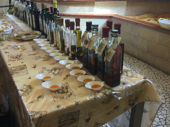 Sant'Agnello, Itália: Oils lined up for tasting!