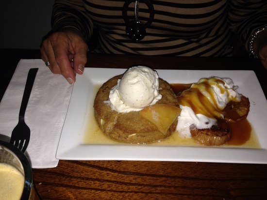 Bloomfield, État de New York : Dessert - Cinnamon apple scone with ice cream and caramel.