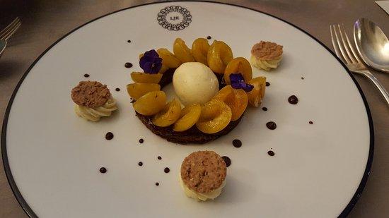 Bray-et-Lu, Франция: Biscuit Sacher, Marmelade de Griotte, Glace Chocolat Blanc et Cerises
