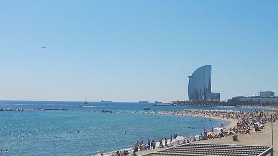 La Barceloneta Al Fondo Hotel En Forma De Vela