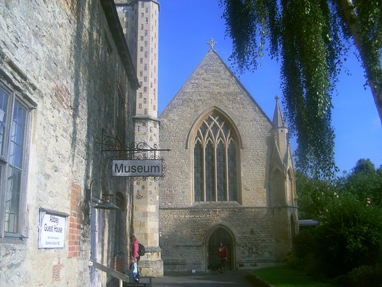 Dorchester-on-Thames, UK: The Abbey & it's museum which was closed