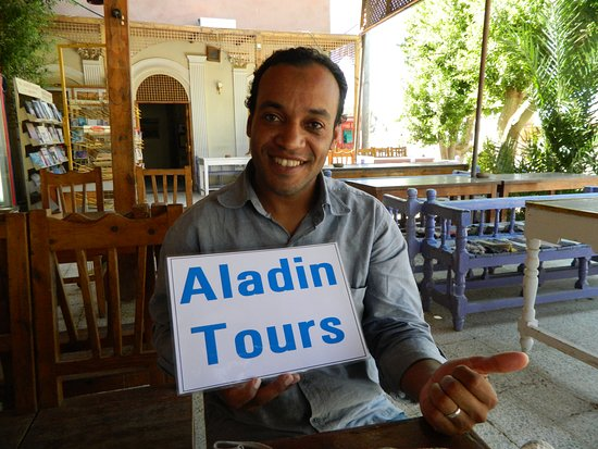 Aladin Tours - Day Tours: Guide Hassan beim Tee