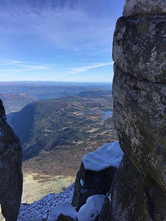 Телемарк, Норвегия: Bilde med gaustadtoppen i det fjerne samt på toppen bortenfor tårnet ved selve toppen.