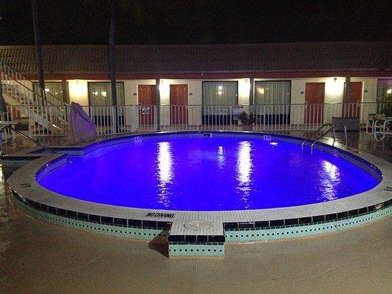 Days Inn ST. Petersburg Central: Blue underwater pool lights