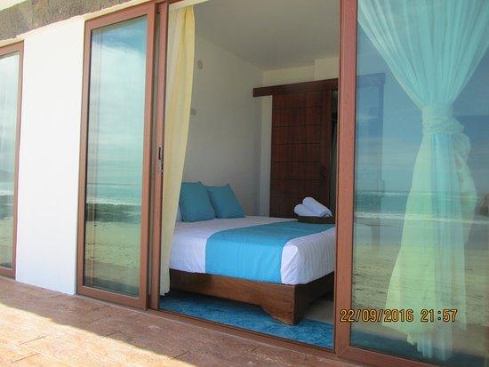 Isabela, Ekwador: Habitación frente al mar con acceso inmediato a la playa. Toma desde la playa. Cama king size