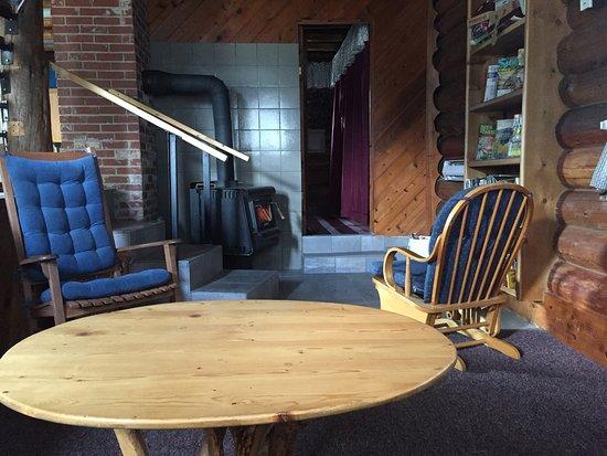 Cedar Mountain Farm Bed and Breakfast: Bunkhouse Livingroom