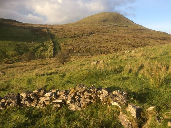 County Sligo, Irlanda: Guided hikes on Leean Mountain Co Leitrim. Ascent via the Old Military Road.
