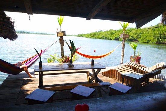 Isla San Cristobal, بنما: lounging area and restaurant/bar