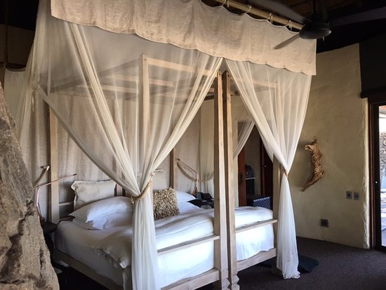Singita Boulders Lodge: Spacious bedroom and king size bed
