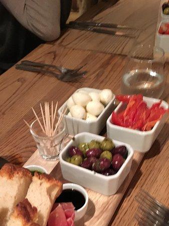 Cranborne, UK: The sharing platter with homemade bread