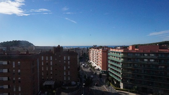 Apartaments Condado : вид с террасы и даже море видно