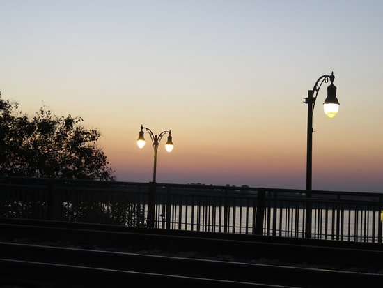 Tom Sawyer's RV Park: Sunset over the Mississippi River from Downtown