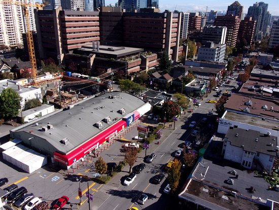 Sandman Suites Vancouver - Davie Street: Looking down on Davie Street