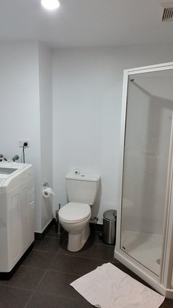 Waldorf St. Martins Apartment Hotel: large roomy bathroom with washing machine and heated towel rails