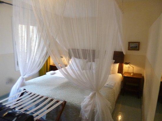 Hotel La Fuente De La Higuera: Bedroom. Very large with big windows.