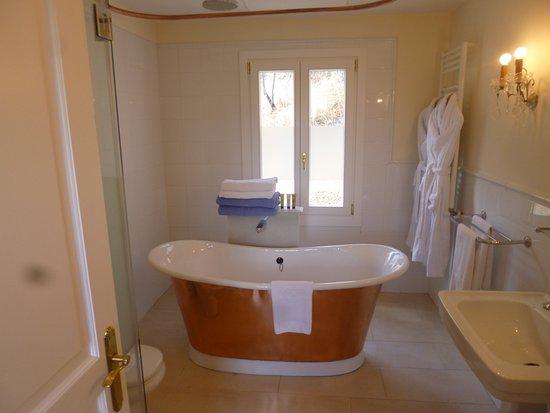 Hotel La Fuente De La Higuera: Yes, a real copper covered bathtub.