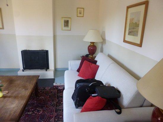 Hotel La Fuente De La Higuera: Sitting room with fireplace.