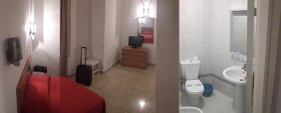 Hotel Costa de la Luz: Pseudo-panorámica de la habitacion. No sale la ventana.