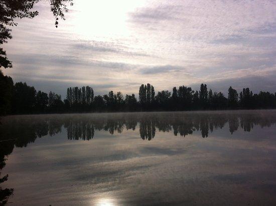 Mouliets et Villemartin, Francia: 10h : toujours de la brume sur le lac