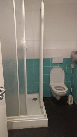 Hostel Florenc: Sanitário bem simples...