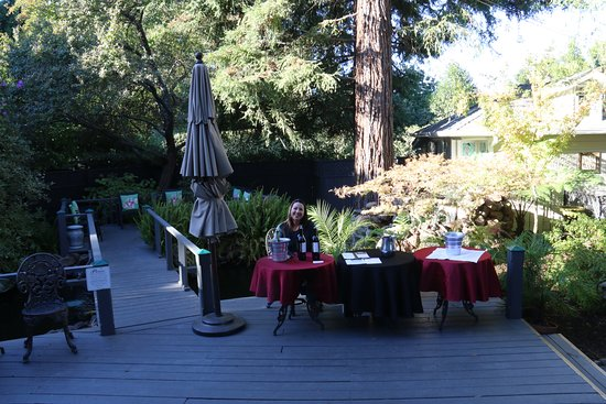 Honor Mansion, A Wine Country Resort: wine tastings in afternoon