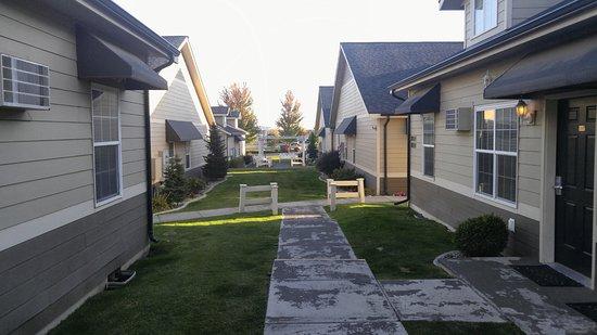 Airway Heights, WA: Grounds between buildings