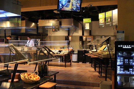 Muralto, Svizzera: Chef behind the pasta bar (salad bar to the right)