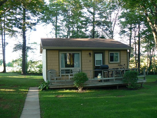 Cavendish Maples Cottages: One bedroom cottage with king sized bed.