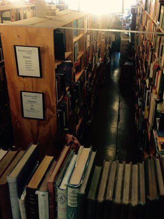 Eumundi, Australia: So many books. All at reasonable prices.