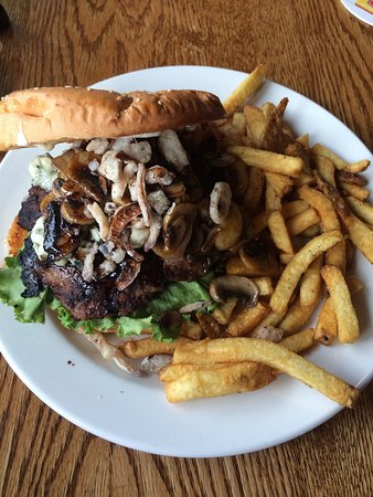 The Flying Steamshovel Gastropub & Inn: Blue cheese burger