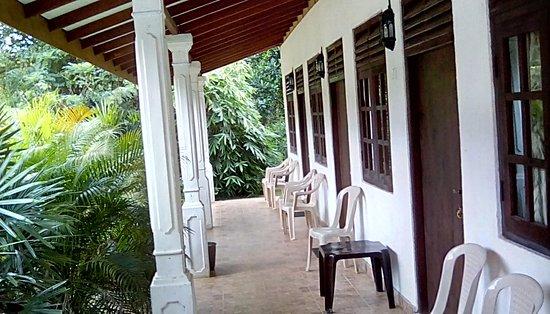 Gampola, Sri Lanka: rooms and garden