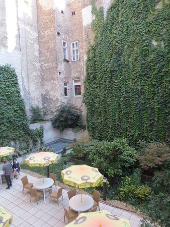 Star Inn Hotel Budapest Centrum, by Comfort: Binnenplaats (vanuit hotelkamer)