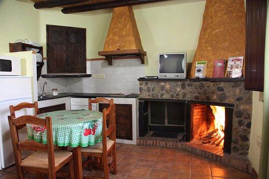 Berchules, Spanje: Salón con chimenea