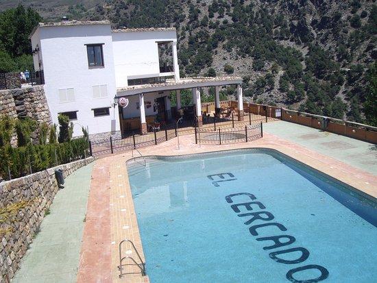 Berchules, Spanje: Piscina y terraza del restaurante