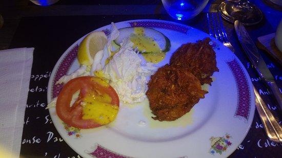 Clermont, Frankrike: Onion Bahji avec quelques crudités. Les meilleurs qu'il m'ai été donné de gouter !