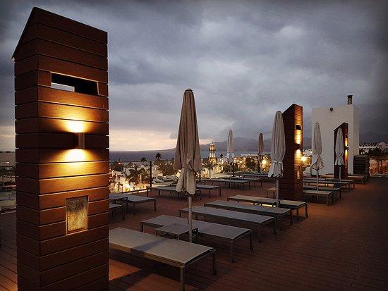 Apartamentos Fariones: Roof terrace at dusk