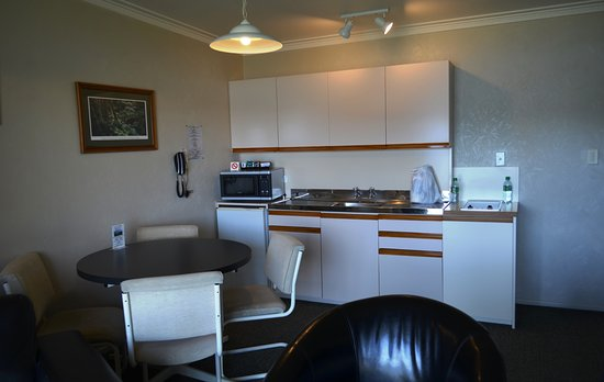Lakeside Motel & Apartments: The kitchenette is well equipped.