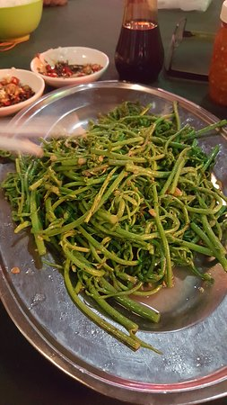 Ling Loong: Jungle Ferns fried with garlic