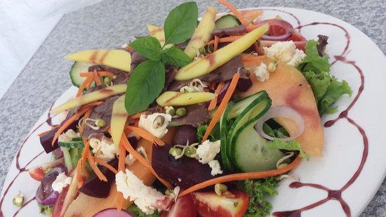 Calitzdorp, Sudáfrica: Garden Salad with local Ostrich Carpaccio