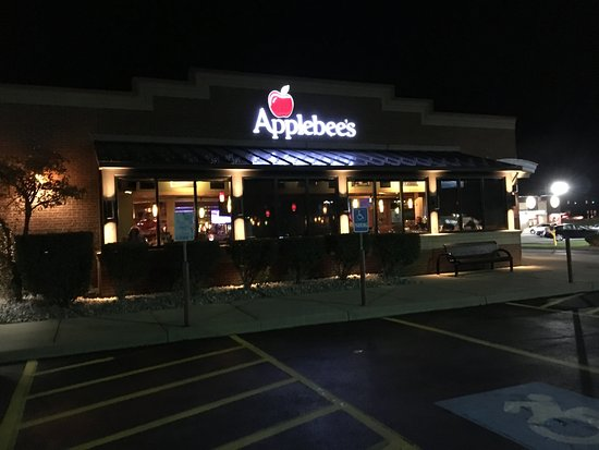 Liverpool, NY: Applebee's - night time view