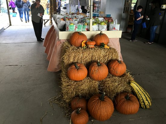 Macedon, Нью-Йорк: Longacre Farm - produce stand in front by store
