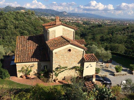 Buggiano Castello, Italia: Der Blick vom Jacuzzi auf das Hotel und das Tal. Sieht besonders im Dunkeln sehr eindrucksvoll a