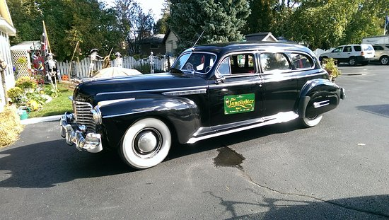 Lamplighter Motel: Vintage 1941 Buick limo at the Lamplighter.