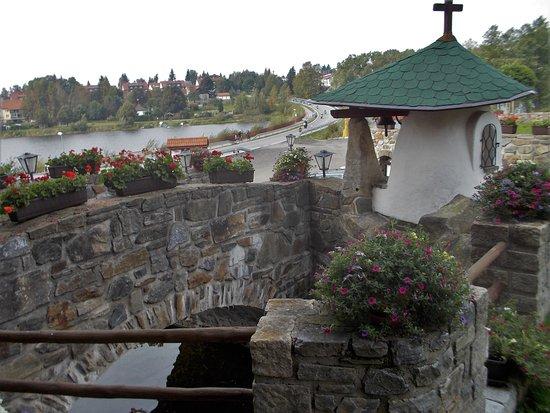 Frymburk, Tsjechië: Blick vom Hoteleingang zur Moldau