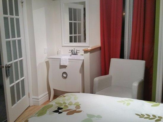 Coin lavabo dans la chambre, salle d\'eau à gauche - Photo de La ...