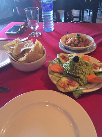 Nogales, Аризона: Guac and chips, yum