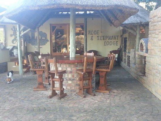 Eastern Cape, Sudáfrica: Cosy outside bar and braai area